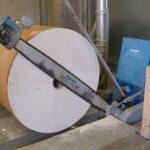 Різка рулону паперу - машина LOGSTAR з гідравлічною подачею ріжучої системи.